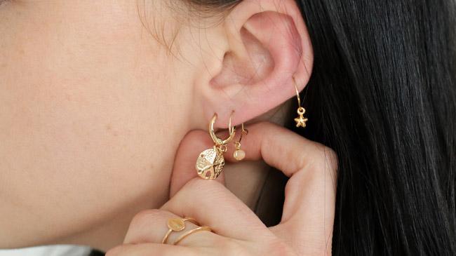 Genießen Sie kostenlosen Versand verschiedenes Design preisreduziert Stacking von Mini Gold Ohrringe und Creolen Dollar of Sands ...