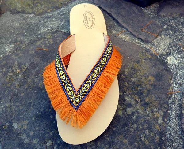 Leder Flip-Flops verziert mit Bänder und Pompons - Perles & Co